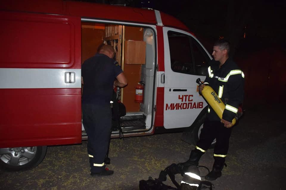Ночью в Николаеве на пожаре двухэтажки спасли 8 человек, в том числе четырех детей (ФОТО) 1