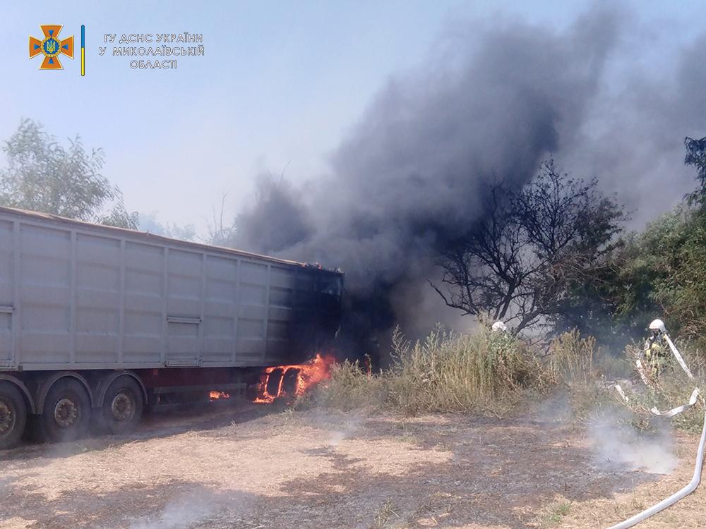 На Николаевщине прямо во время уборочной загорелся грузовик с горохом - поле уберегли, грузовик нет (ФОТО) 7
