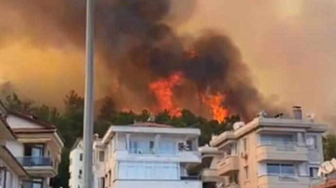 В Турции лесные пожары добрались до отелей, туристов эвакуируют на пляжи (ФОТО, ВИДЕО)