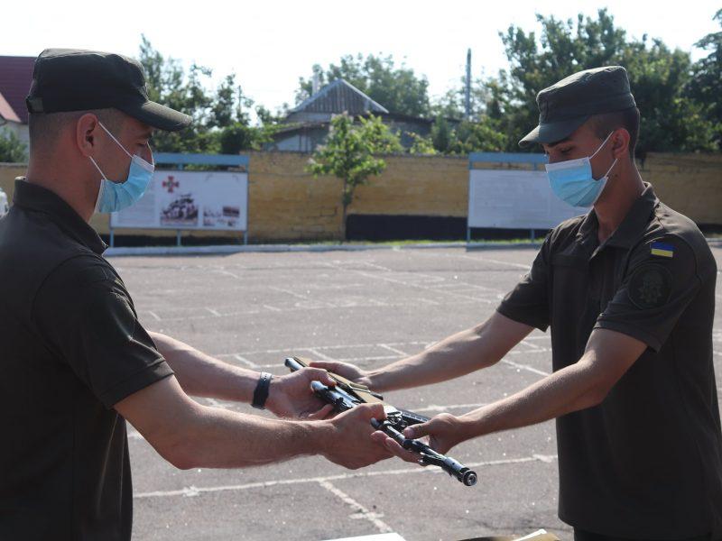 Николаевским нацгвардейцам-срочникам вручили штатное оружие (ФОТО)
