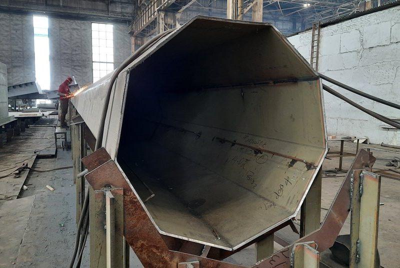 Сборку 30-тонного флагштока гигантского флага, который установят в Николаеве, завершают на «Океане»