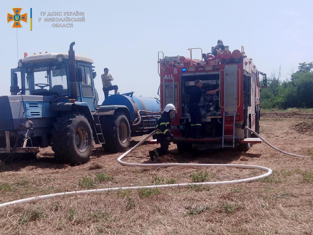 На Николаевщине прямо во время уборочной загорелся грузовик с горохом - поле уберегли, грузовик нет (ФОТО) 11