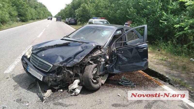 На трассе Одесса-Николаев «Мерседес» ударил грузовик: разлетевшийся груз перекрыл дорогу (ФОТО, ВИДЕО)