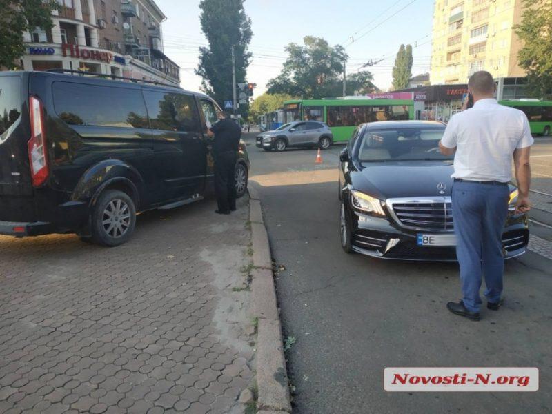 В центре Николаева на перекрестке у водителя иномарки отобрали $85 тыс