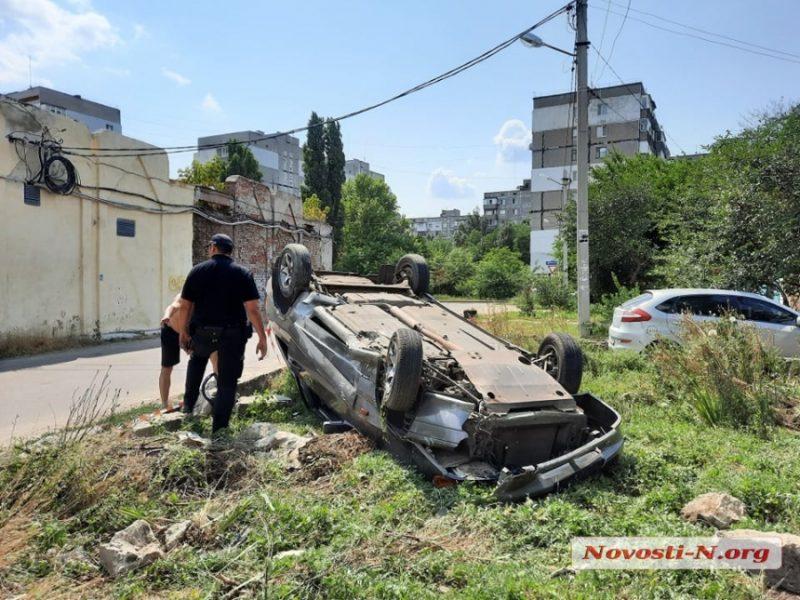 В Николаеве перевернулась «Лада Самара» — водитель с пассажирами сбежали