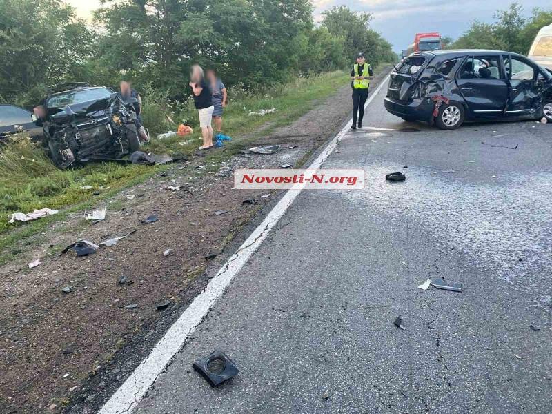 Под Николаевом два автомобиля столкнулись лоб в лоб, трое пострадавших (ВИДЕО)