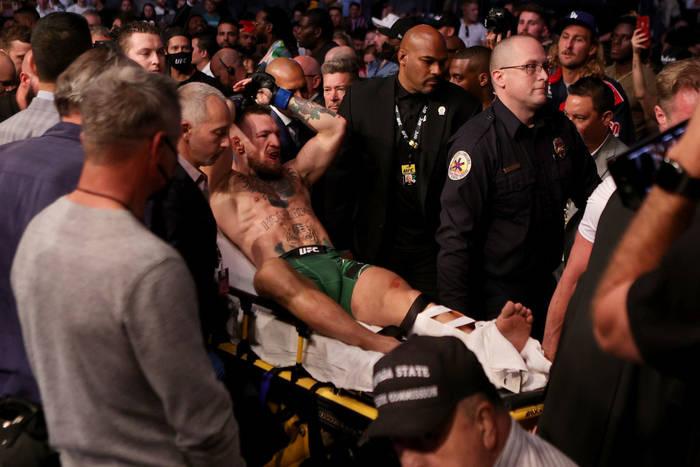 Макгрегор сломал ногу на ринге, победу присудили Порье (ВИДЕО)