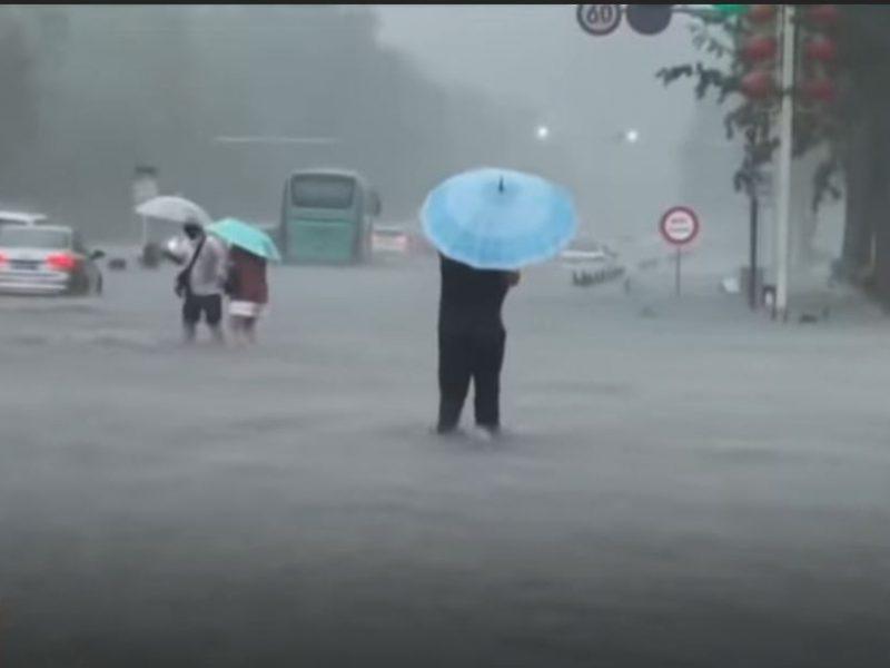 В Китае затопило целый город, в метро погибло 12 человек (ВИДЕО)