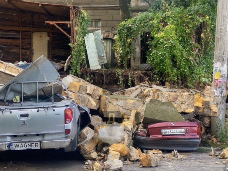 Из-за ливней в Одессе рухнула стена дома – прямо на машины (ФОТО)