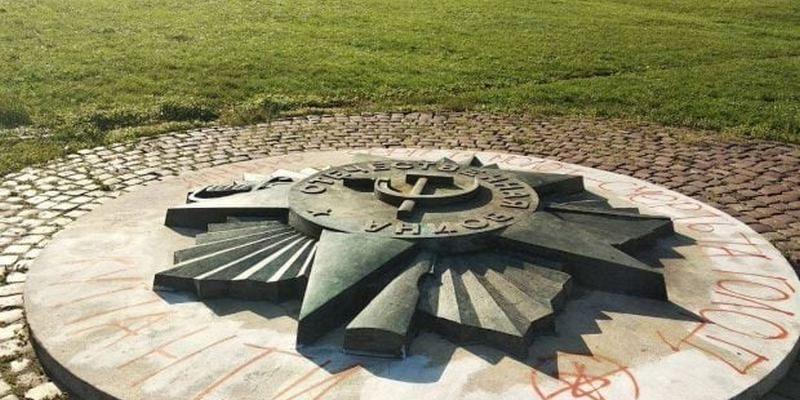 Во Львове хотят демонтировать копию советского ордена на «Марсовом поле» — россияне возмутились