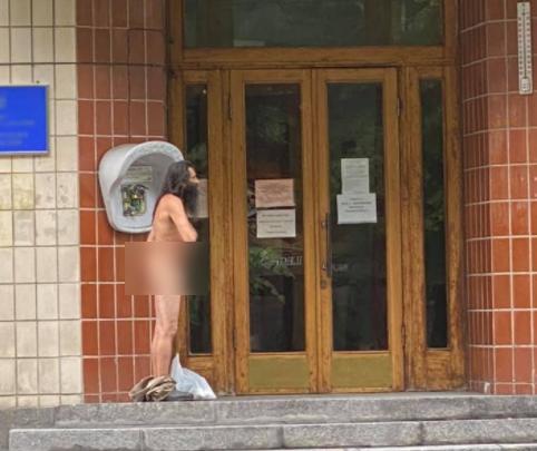 Политический перформанс: голый мужчина под приемной Президента  просил кусок хлеба