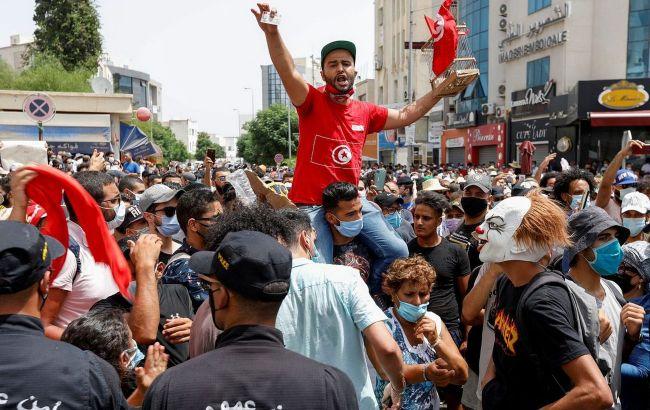 Президент Туниса уволил премьера и заморозил парламент после «ковидных» протестов