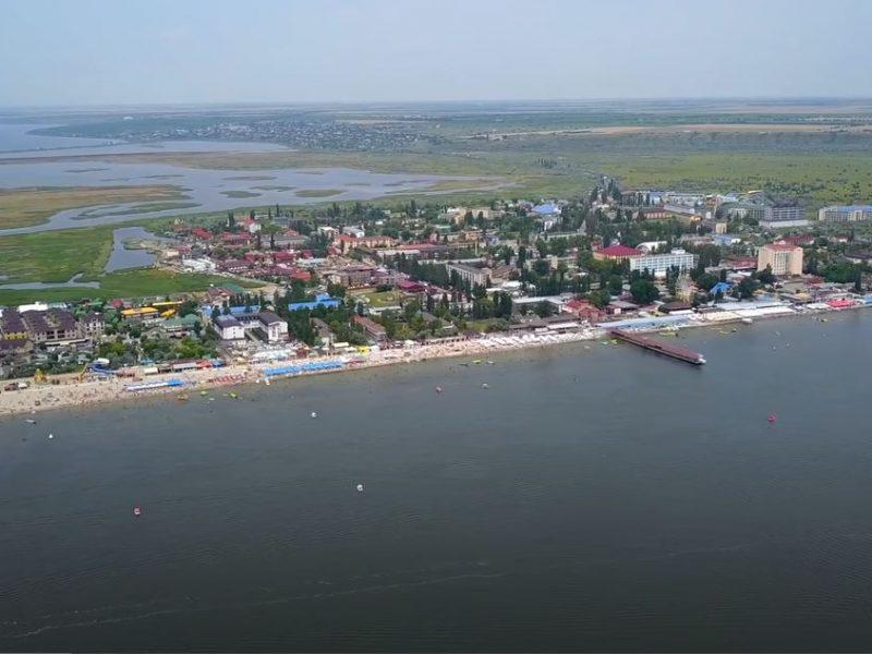 Кровати на пляже за 150 грн., цены на еду и развлечения — тревел-блогеры побывали в Коблево (ВИДЕО)