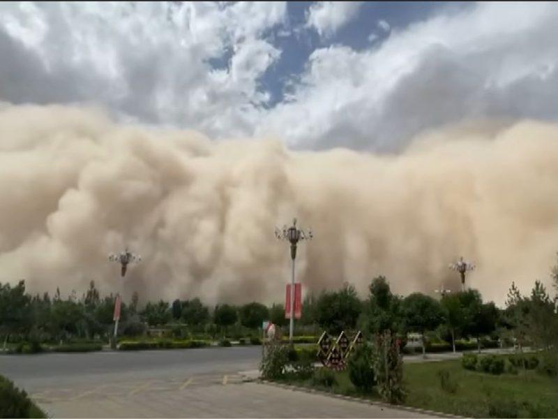 Так засыпало пирамиды? Жуткая песчаная буря накрыла город в Китае (ВИДЕО)