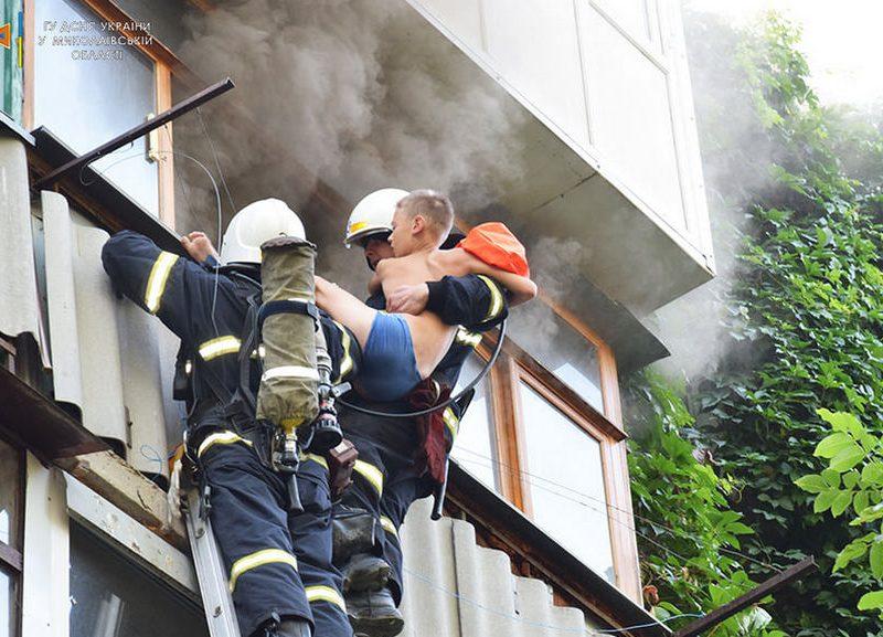 Пожарные спасли ребенка из горящей квартиры на 4-м этаже в Николаеве (ФОТО)