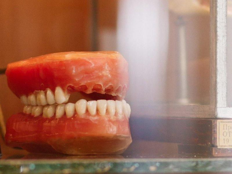 Женщина проникла в стоматологический кабинет и вырвала пациенту 13 зубов