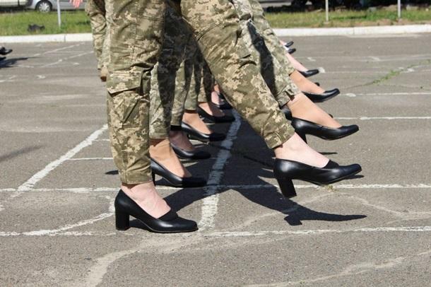 Дело в цене? В Минобороны рассказали, сколько стоят дамские туфли для парада