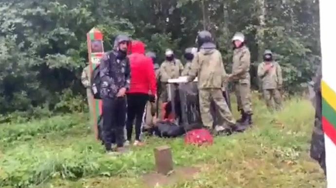 «Че стоим, давай вперед». На белорусской границе люди в камуфляже подгоняют нелегальных мигрантов в сторону Литвы (ВИДЕО)