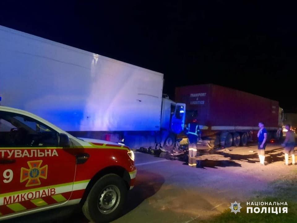 В Николаеве водитель одной фуры врезался в другую фуру и погиб. Его пассажир – в больнице с травмами (ФОТО) 3