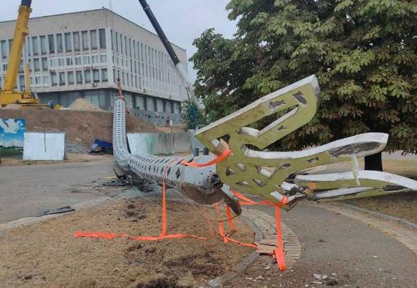 В Херсоне упал установленный к 30-летию Независимости Украины флагшток под большой Государственный флаг (ФОТО, ВИДЕО)