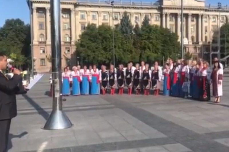 Пусть и не самый большой. На Соборной площади Николаева подняли Государственный флаг (ВИДЕО)