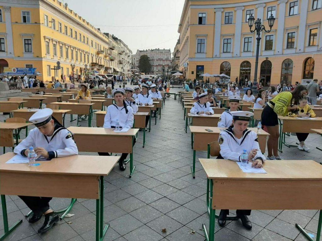 В Одессе 200 человек написали диктант по украинскому языку на Приморском бульваре (ФОТО) 1