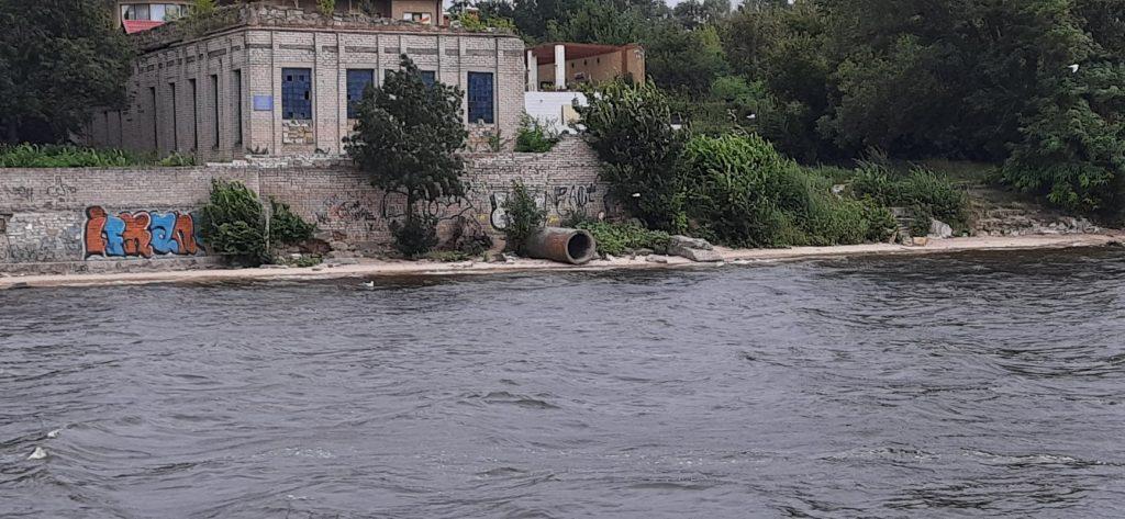 Несколько выходящих на воду труб и свалки: в Николаеве с воды обследовали береговую линию Заводского района (ФОТО) 1