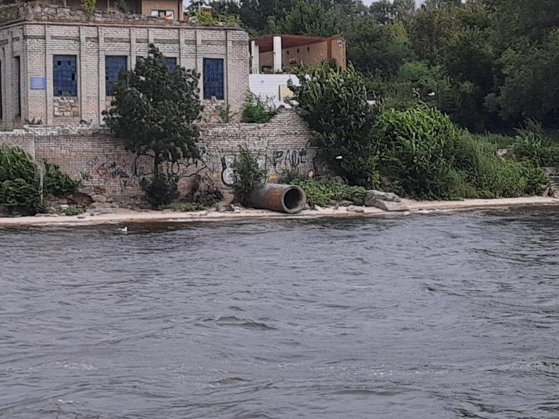 Несколько выходящих на воду труб и свалки: в Николаеве с воды обследовали береговую линию Заводского района (ФОТО)