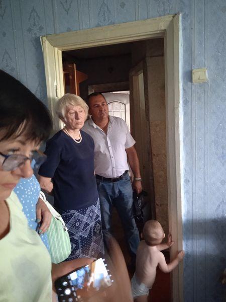В райцентре Николаевской области неадекватный мужчина угрожал выбросить годовалого ребенка с балкона третьего этажа (ФОТО) 1