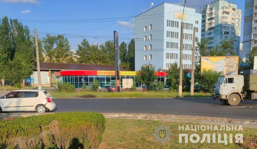 В Николаеве на Терновском кольце грузовик врезался в «Шкоду»: пострадали двое детей (ФОТО) 1