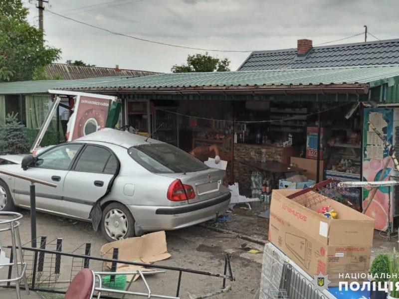 На Николаевщине ранним утром Mitsubishi врезался в магазин — пострадала пассажир авто (ФОТО)