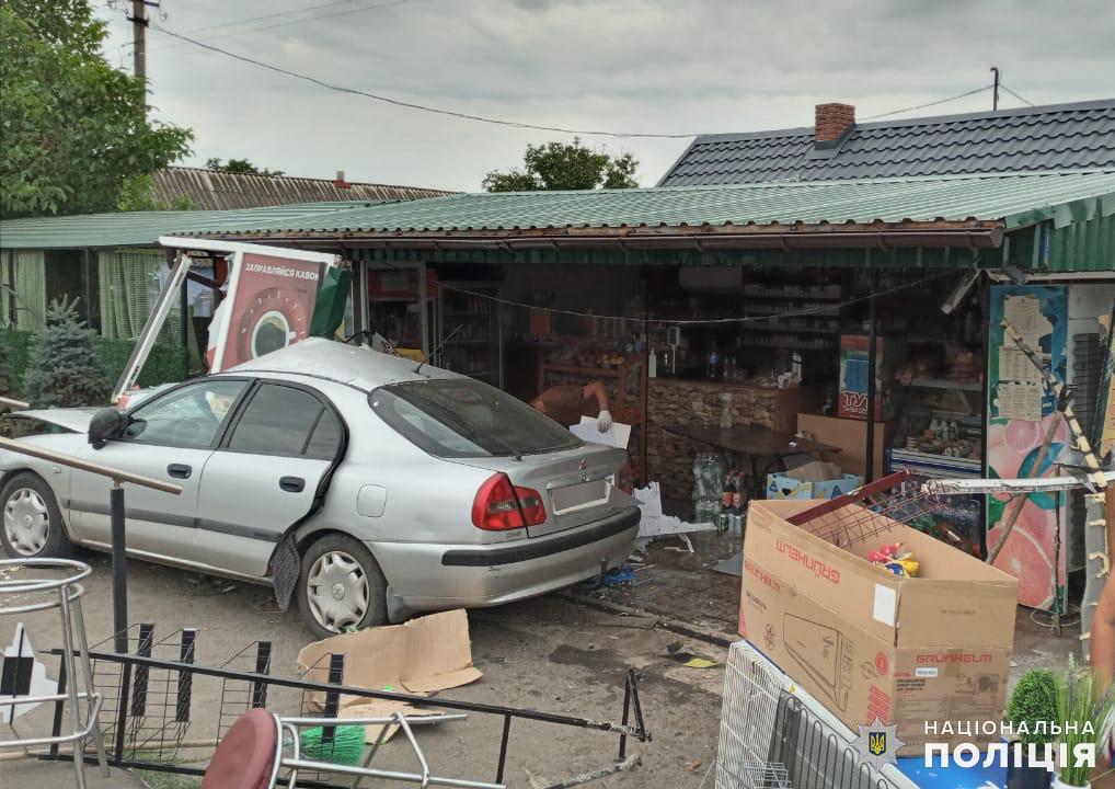 На Николаевщине ранним утром Mitsubishi врезался в магазин - пострадала пассажир авто (ФОТО) 1