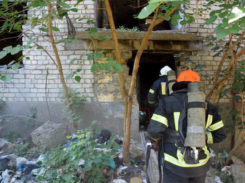 В Николаеве тушили пожар в брошенном недострое (ФОТО, ВИДЕО)