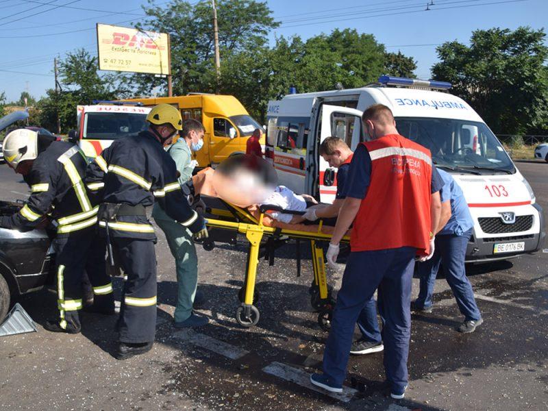 ДТП в Николаеве у «Эпицентра»: пострадали женщина и мужчина, их доставили в больницу (ФОТО, ВИДЕО)