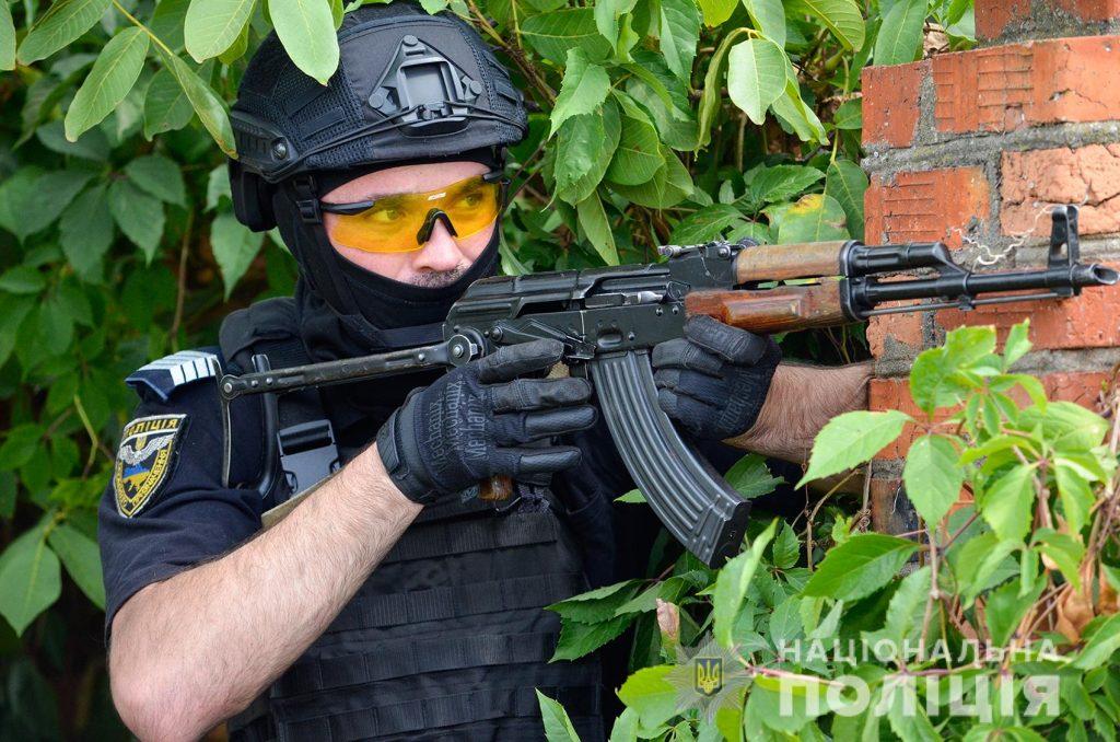 Задержание вооруженных преступников, обезвреживание взрывчатки, штурм здания – как и чему учились полицейские в Николаеве (ФОТО, ВИДЕО) 23