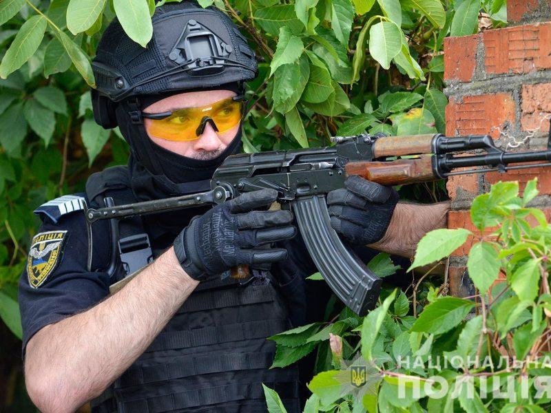 Задержание вооруженных преступников, обезвреживание взрывчатки, штурм здания – как и чему учились полицейские в Николаеве (ФОТО, ВИДЕО)