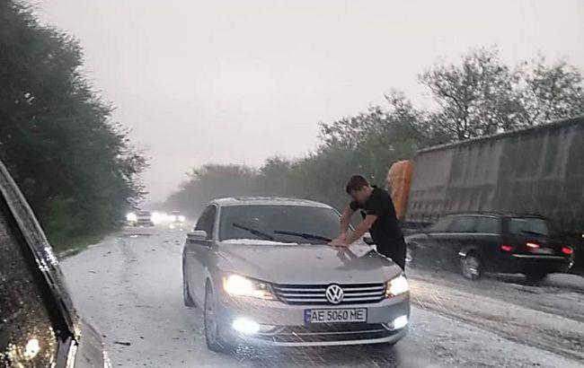 Снежный август: на обочинах трассы Одесса-Николаев сугробы мелкого града (ВИДЕО)