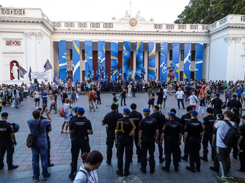 После ЛГБТ-шествия в Одессе титушки напали на полицию, полсотни человек задержано
