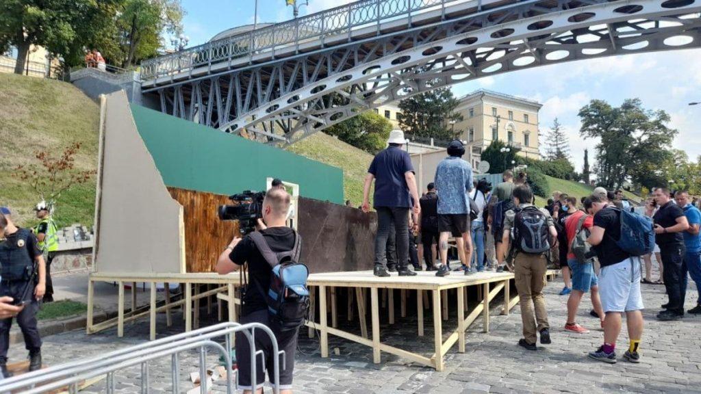 """Нацкорпус снес декорации """"совка"""", которые закрывали мемориал Небесной сотни. Кличко сказал, что не разрешал """"устроить 95 квартал"""" (ФОТО, ВИДЕО) 1"""