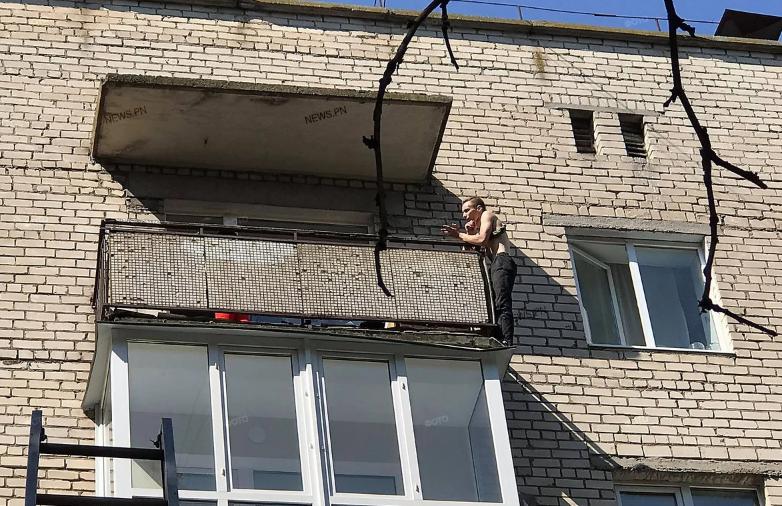 В Николаеве парень грозит прыгнуть с пятого этажа, — с ним ведут переговоры (ВИДЕО)