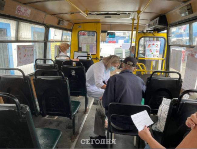 В Киеве начали вакцинировать от COVID прямо в маршрутках