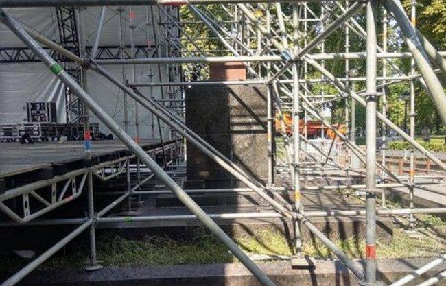В Киеве праздничную сцену установили на могилах участников революции 1917-1920 годов (ФОТО)