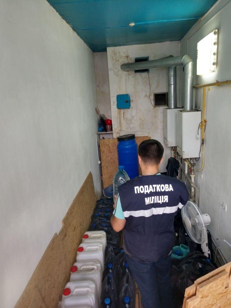В Николаеве налоговая милиция нашла «схрон» с незаконным алкоголем и сигаретами (ФОТО) 1