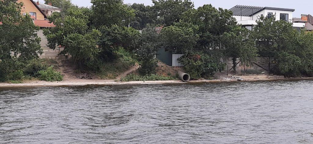 Несколько выходящих на воду труб и свалки: в Николаеве с воды обследовали береговую линию Заводского района (ФОТО) 3