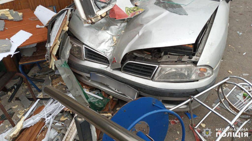 На Николаевщине ранним утром Mitsubishi врезался в магазин - пострадала пассажир авто (ФОТО) 3