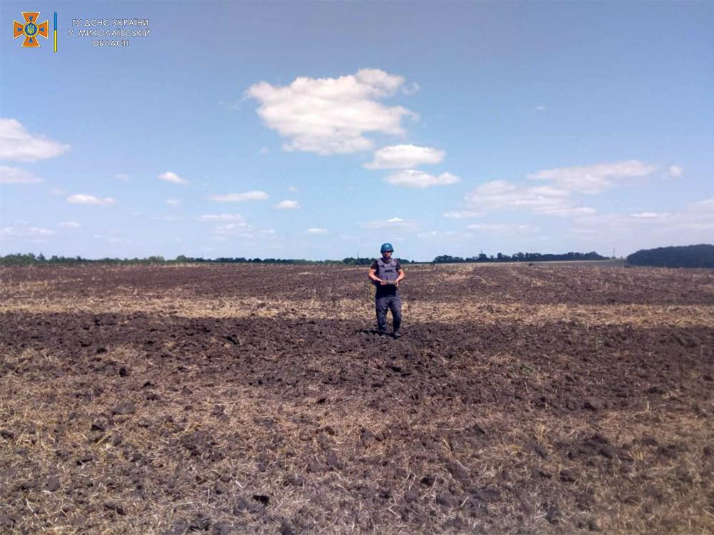 Пахали поле – нашли артснаряд: николаевские пиротехники обезвредили взрывоопасную находку (ФОТО) 5