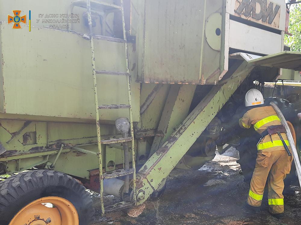 На Николаевщине во время уборочной прямо в поле загорелся комбайн (ФОТО) 3