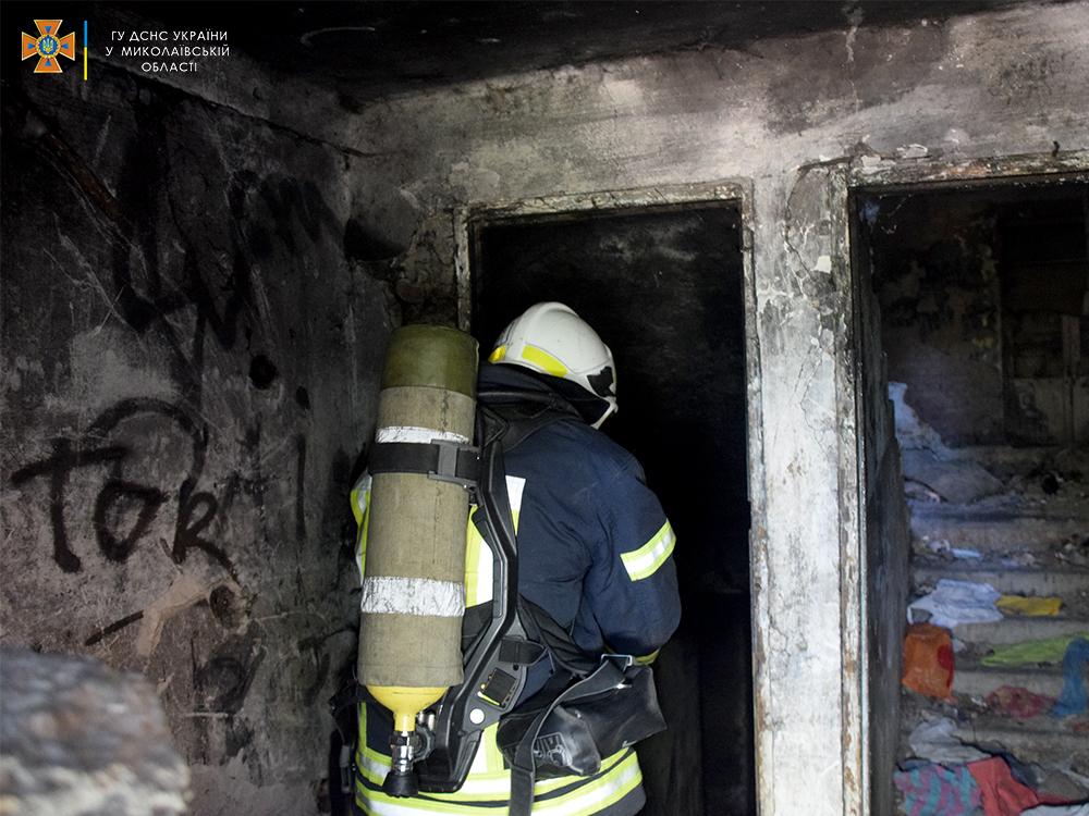 В Николаеве тушили пожар в брошенном недострое (ФОТО, ВИДЕО) 5