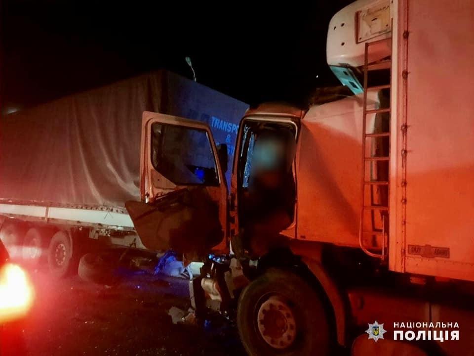 В Николаеве водитель одной фуры врезался в другую фуру и погиб. Его пассажир – в больнице с травмами (ФОТО) 5