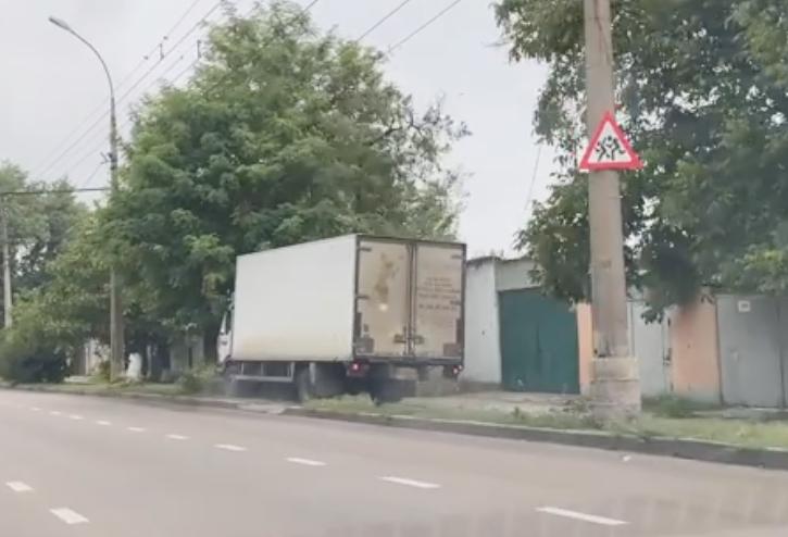 В Николаеве грузовик выскочил на тротуар и сбил женщину (ВИДЕО)